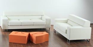 Una sala de estar minimalista moderna Fotos de archivo libres de regalías