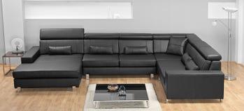 Una sala de estar minimalista moderna con el sofá de cuero Fotografía de archivo