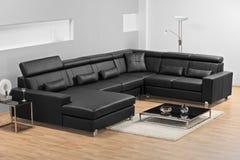 Una sala de estar minimalista moderna con el sofá de cuero fotos de archivo
