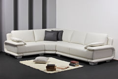 Una sala de estar minimalista moderna con muebles Foto de archivo