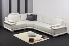Una sala de estar minimalista moderna con muebles Fotografía de archivo