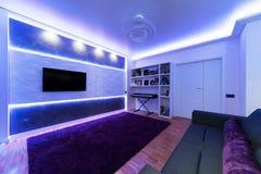 Una sala de estar moderna con la luz de la noche Fotos de archivo