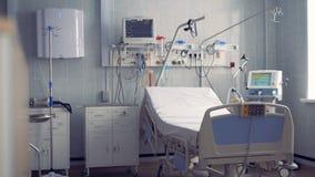 Una sala de hospital para una persona con una cama y un equipo almacen de metraje de vídeo