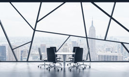 Una sala de reunión en un espacio de oficina panorámico contemporáneo brillante con la opinión de New York City El concepto de fi Foto de archivo