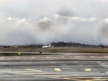 Una sala di attesa L'aeroplano all'aeroporto Fotografia Stock Libera da Diritti