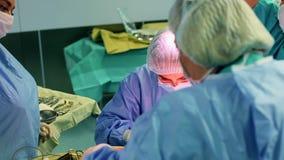 Una sala operatoria moderna, un gruppo dei chirurghi sta facendo l'ambulatorio I chirurghi e gli assistenti lavorano in un funzio archivi video