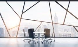 Una sala riunioni in uno spazio ufficio panoramico contemporaneo luminoso con la vista di New York City Il concetto del financi a Fotografie Stock Libere da Diritti
