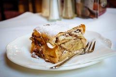 Una salchicha de Frankfurt vienesa Apfelstrudel, pasteles vieneses de la manzana del milhojas fotos de archivo libres de regalías