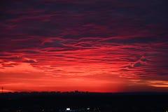 Una salida del sol alarmante y dramática, un cielo negro sangriento Foto de archivo libre de regalías