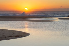 Una salida del sol apacible de la madrugada en la playa de Baggies cerca de Durban, Suráfrica Fotos de archivo libres de regalías