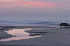 Una salida del sol apacible de la madrugada en la playa de Baggies cerca de Durban, Suráfrica Imagen de archivo