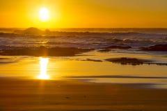 Una salida del sol apacible de la madrugada en la playa de Baggies cerca de Durban, Suráfrica Foto de archivo