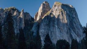 Una salida del sol en la catedral en el valle de Yosemite, California metrajes