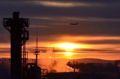 Una salida del sol en la fábrica La foto fue tomada de la ventana de la fábrica, en la madrugada, en un día laborable normal imagen de archivo libre de regalías