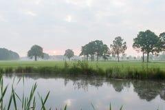 Una salida del sol hermosa en el campo holandés Foto de archivo libre de regalías