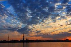 Una salida del sol hermosa sobre Neva River, St Petersburg, Russi foto de archivo libre de regalías