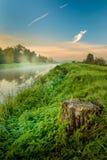 Una salida del sol hermosa sobre un prado brumoso y un río fotos de archivo libres de regalías
