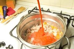 Una salsa di pomodori italiana di cottura Fotografia Stock Libera da Diritti