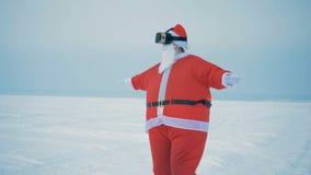 Una Santa Claus en vidrios de VR, cierre para arriba metrajes