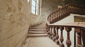 Una scala con l'inferriata di legno in una costruzione architettonica abbandonata L'eredità dei tempi architettonici di passato c archivi video