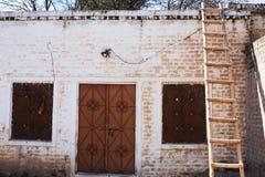 Una scala davanti ad una casa rurale fotografia stock