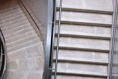 Una scala di pietra in una costruzione moderna Fotografia Stock