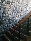 Una scala strutturata di pietra moderna del cemento e del fondo con le luci naturali e le ombre fotografia stock libera da diritti