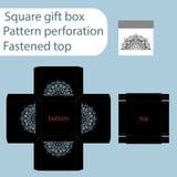 Una scatola di carta quadrata, scatola è fissata con un coperchio, il modello tagliato, l'involucro di regalo, modello di taglio  Fotografia Stock