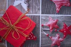 Una scatola festiva su un fondo di Natale Fotografie Stock Libere da Diritti