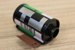 Una scatola metallica della pellicola a colori di 35mm Immagini Stock Libere da Diritti