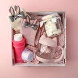 Una scatola personale con i regali per il San Valentino, un insieme delle cose sveglie, un'idea semplice per un regalo romantico  immagini stock