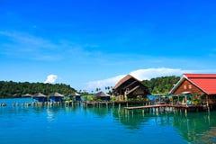 Una scena dei cottage blu della villa dell'acqua e del mare fotografia stock