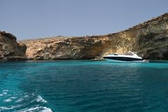 Una scena del mare di una navigazione della barca sull'acqua blu chiara del mar Mediterraneo immagine stock