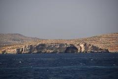 Una scena del mare del mar Mediterraneo circonda la roccia del mare immagini stock libere da diritti