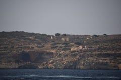 Una scena del mare del mar Mediterraneo circonda la roccia del mare fotografie stock