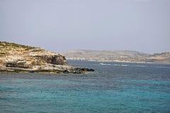 Una scena del mare del mar Mediterraneo con le onde che si schiantano contro le rocce del mare fotografie stock libere da diritti