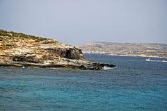 Una scena del mare del mar Mediterraneo con le onde che si schiantano contro le rocce del mare immagine stock libera da diritti
