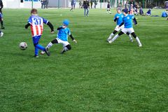 Una scena della partita di calcio di un ragazzo Squadra di football americano del ` s dei bambini sul passo Terreno di gioco del  immagini stock libere da diritti