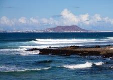Una scena di estate, una spiaggia e lle onde, linea costiera Fotografia Stock Libera da Diritti