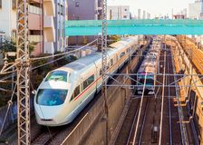 Una scena unica di due treni che passano a due livelli differenti, al treno ad alta velocità sulla pista superiore ed al sottopas Immagini Stock Libere da Diritti