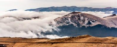 Una scena vaga della montagna con l'annuvolamento su una collina della montagna fotografia stock