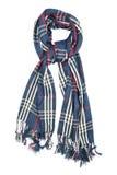 Una sciarpa è di lana in una gabbia blu con i filamenti rossi e bianchi e la frangia, isolati su un fondo bianco Immagini Stock