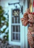 Una sciarpa decorativa allegata ad una porta esterna Immagine Stock