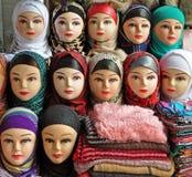 Una sciarpa musulmana variopinta sulle teste dei manichini fotografia stock