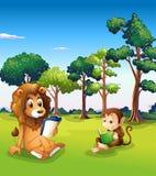Una scimmia e libri di lettura del leone Fotografie Stock Libere da Diritti