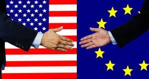 Una scossa dell'uomo di affari mano, U.S.A. e UE Fotografie Stock Libere da Diritti
