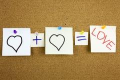 Una scrittura appiccicosa gialla di Post-it della nota, un titolo, un amore di equazione dell'iscrizione o un concetto romantico  immagini stock