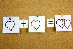 Una scrittura appiccicosa gialla di Post-it della nota, un titolo, un amore di equazione dell'iscrizione o un concetto romantico  immagine stock