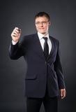 Una scrittura dell'uomo d'affari astuto con un indicatore sullo schermo Immagini Stock Libere da Diritti