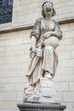 Una scultura bianca di un'acqua di versamento della donna da una brocca a Brussel immagine stock